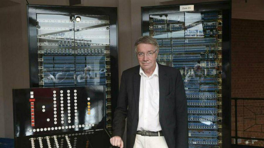 Horst Zuse, Konrad Zuses Sohn, mit einem Nachbau der Z3 in Berlin (wue/spot)