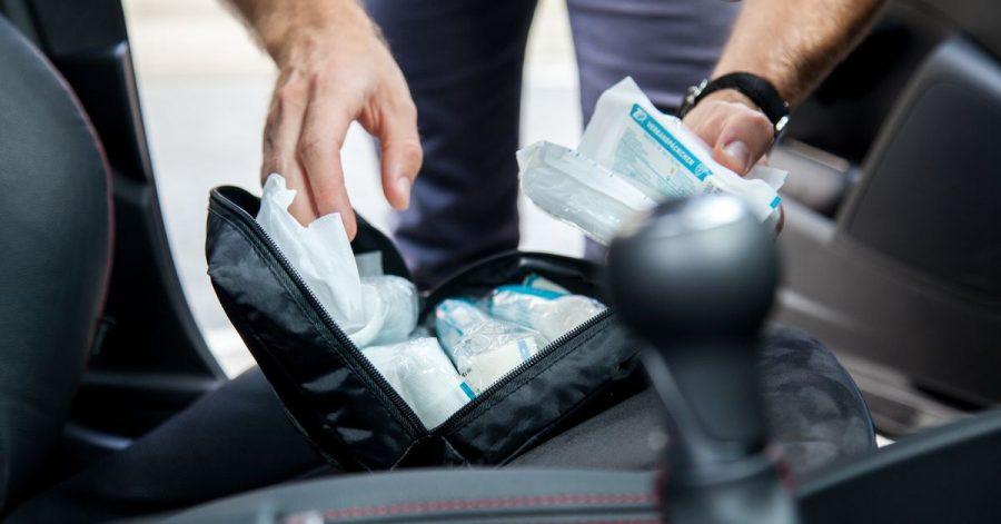 Ein Verbandskasten gehört in jedes Auto. Er sollte nicht zu alt sein.