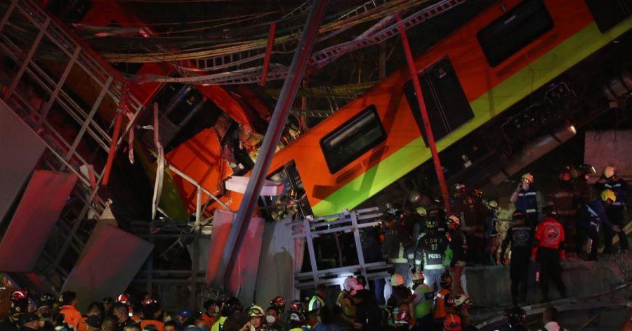Rettungskräfte stehen am Unfallort, nachdem eine U-Bahnbrücke zum Teil eingestürzt ist.