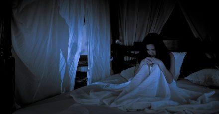 Schlaflos aus Furcht: Eine übersteigerte Angst vor Dunkelheit kann viele Ursachen haben.