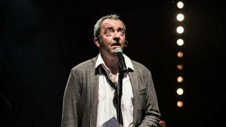 Rainald Grebe bei einem Auftritt in Würzburg 2019 (stk/spot)