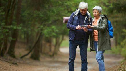 Wer auf dem Tablet oder Smartphone die richtige App dabei hat, findet beim Wandern leichter sein Ziel. (elm/spot)