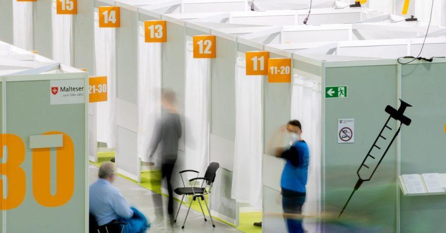 Patienten warten im Corona-Impfzentrum Messe Berlin auf die Impfung mit dem Biontech-Pfizer Impfstoff. Der Koordinator der letzten großen bundesweiten Pandemie-Übung 2007 beklagt eine unzureichende Umsetzung der damaligen Erkenntnisse in der heutigen Corona-Krise.