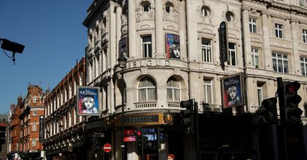 """Plakate für """"Les Miserables"""" hängen am vorübergehend geschlossenen Gielgud Theater in London."""
