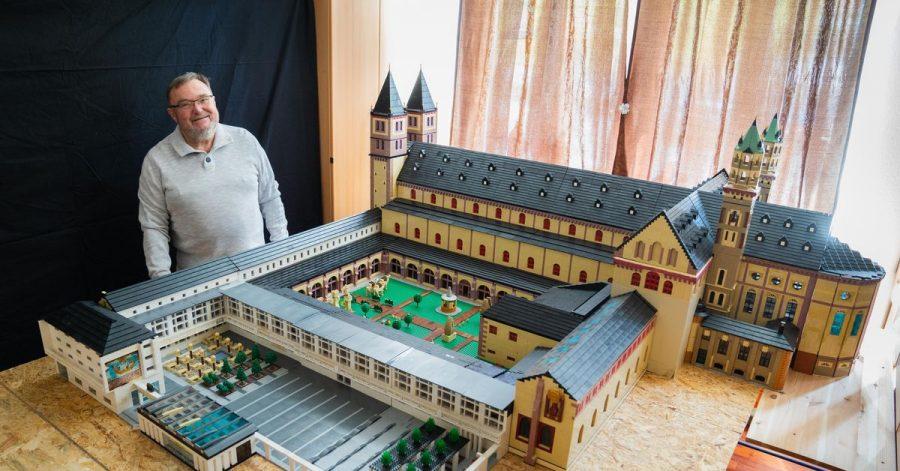Reinhold Dukat in seiner Wohnung neben dem Lego-Nachbau des Würzburger Doms.