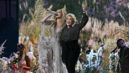"Jennifer Lopez performte mit ihrer Mutter Guadalupe Rodriguez den Song ""Sweet Caroline"". (tae/spot)"