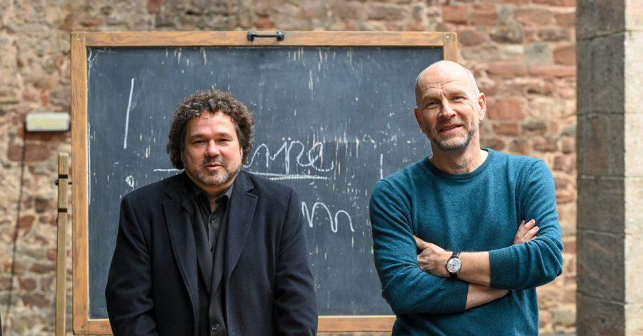 Joern Hinkel (l), Intendant der Bad Hersfelder Festspiele, und der Schauspieler Götz Schubert stellen das dezimierte Theater-Programm für diesen Sommer vor.