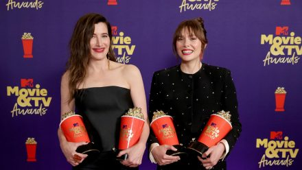 "Elizabeth Olsen (r.) und Kathryn Hahn aus ""WandaVision"" bei den MTV Movie & TV Awards. (dr/spot)"