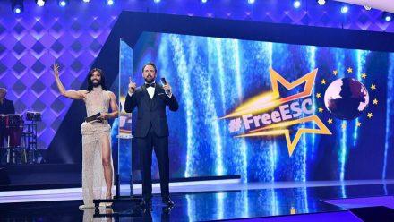 Conchita Wurst (l.) und Steven Gätjen präsentieren den Free ESC 2021. (wag/spot)