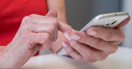 Mit ein wenig Fingertippen lassen sich auf gängigen Smartphones Bildschirminhalte größer darstellen.