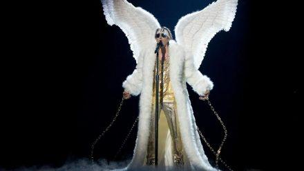"""Der norwegische Musik-Act Tix präsentiert sich passend zu seinem Song """"Fallen Angel"""" als gefallener Engel (rto/spot)"""