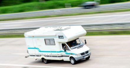 Rollin', rollin', rollin': Die Reise im Campingmobil plant man wegen möglicher nächtlicher Ausgangsbeschränkungen derzeit besser ohne Stop unterwegs.