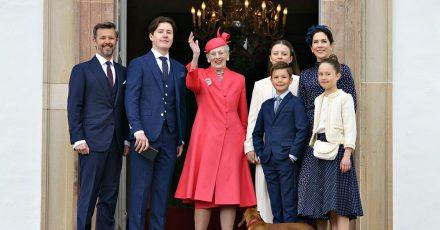 Königin Margrethe II. (M) von Dänemark winkt beim Familienfoto. Ihr Enkel Prinz Christian (3.v.l) wurde in der Schlosskirche Fredensborg konfirmiert.