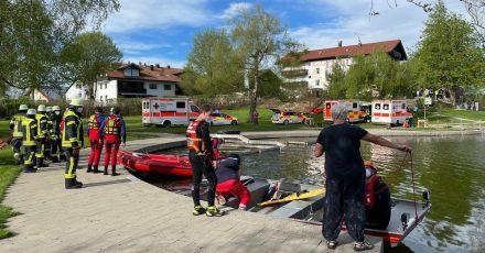 Einsatzkräfte stehen an dem Badesee bei Sulzberg im Oberallgäu.