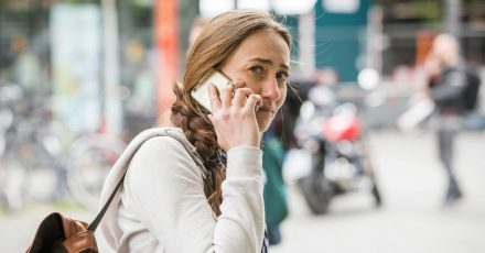 Betrüger können Rufnummern manipulieren. Daher sollte man der angezeigten Nummer im Display nicht immer vertrauen.
