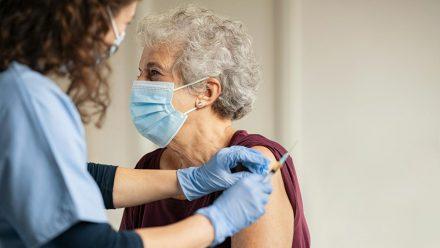 Menschen mit komplettem Impfschutz kommen in den Genuss von mehr Lockerungen. (dr/spot)