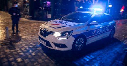 Polizisten patrouillieren in Paris. (Symbolbild)