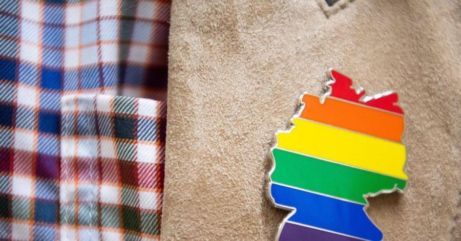 Anstecker mit dem Umriss von Deutschland in Regenbogenfarben.