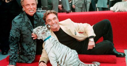 Siegfried Fischbacher (l) und Roy, Uwe Ludwig Horn, 1994 mit einem weißen Tigerbaby auf ihrem Stern auf dem Hollywood Walk of Fame.