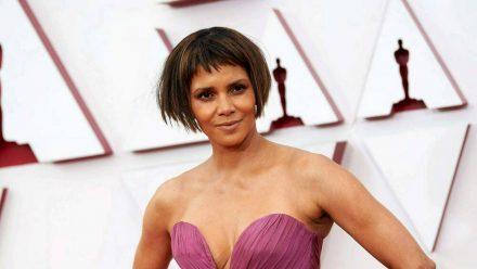 """Halle Berry samt """"neuer Frisur"""" bei der Oscar-Verleihung 2021 (eee/spot)"""