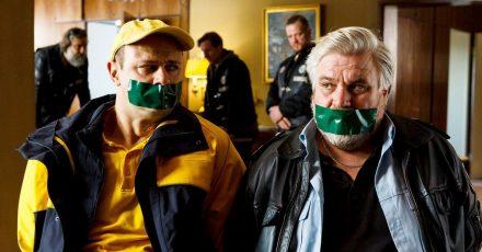 Dorfsheriff Koops (Aljoscha Stadelmann, r) und Postbote Heiner (Moritz Führmann) in der Klemme.