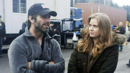 """Gemeinsam am Set von """"Man of Steel"""": So in etwa dürfte Zack Snyder (l.) Amy Adams von seiner Filmidee erzählt haben. (stk/spot)"""