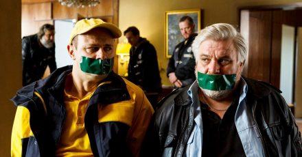 Vorne die Guten, hinten die Gangster: Dorfsheriff Koops (Aljoscha Stadelmann, r) und Postbote Heiner (Moritz Führmann) in der Klemme.