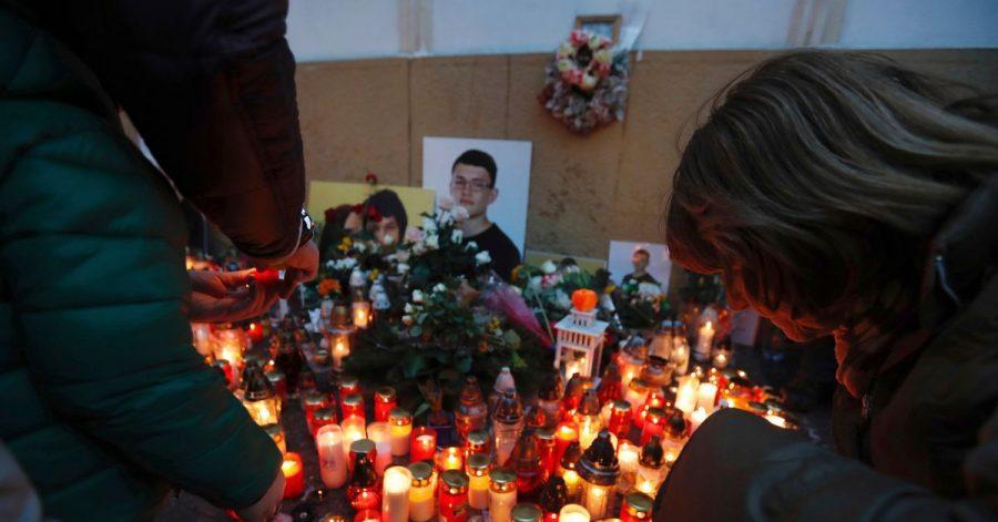 Brennende Kerzen zu Ehren des ermordeten Enthüllungsjournalisten Jan Kuciak und seiner Verlobten Martina Kusnirova.