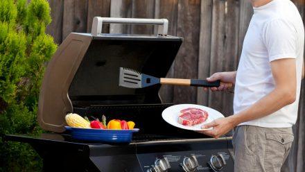 Anfänger sollten beim Grillen mit Gas eine Sicherheitsregeln beachten. (eee/spot)