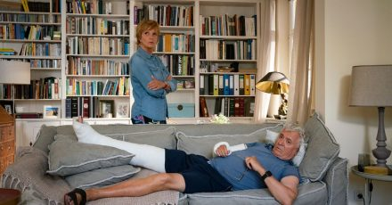 Dorothee (Ulrike Kriener) ist nicht glücklich darüber, dass Volker (Henry Hübchen) nun auf dem Sofa Quartier bezogen hat.