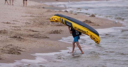 Vorteil aufblasbarer Kajaks: Sie lassen sich problemlos ans Ufer transportieren und dort zu voller Größe aufpumpen.