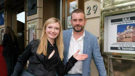 Sebastian Bezzel mit Ehefrau Johanna Christine Gehlen bei der Gala zur Eröffnung der Spielzeit im Hamburger St. Pauli Theater im September 2020. (ili/spot)