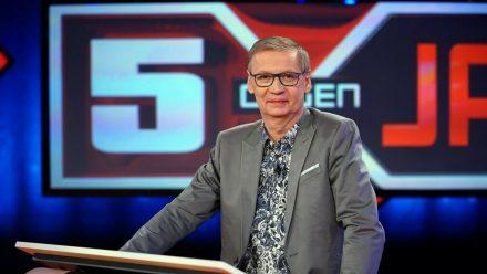 """Günther Jauch meldete sich bei """"5 gegen Jauch"""" wieder im TV zurück. (dr/spot)"""