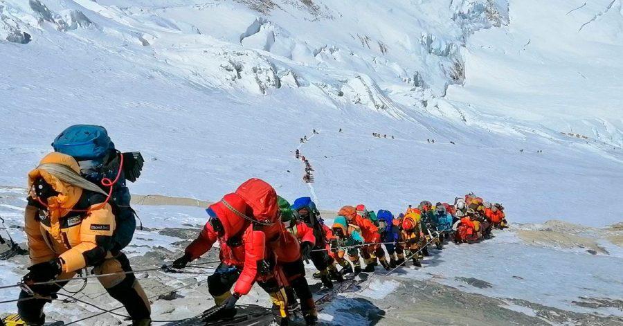 Rund 350 Menschen haben in diesem Frühjahr den Mount Everest bestiegen.