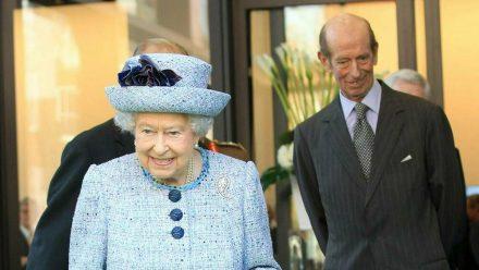 Queen Elizabeth II. und im Hintergrund ihr Cousin Prinz Edward (stk/spot)