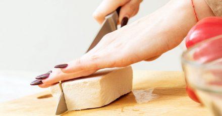 Taugt als Feta-Ersatz für vegane Gerichte oder Menschen mit Unverträglichkeiten: frischer Naturtofu.