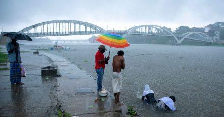 Ein Zyklon ist an der Westküste Indiens entlanggezogen und hat Medienberichten zufolgeMenschenleben gefordert und für Verwüstung gesorgt.