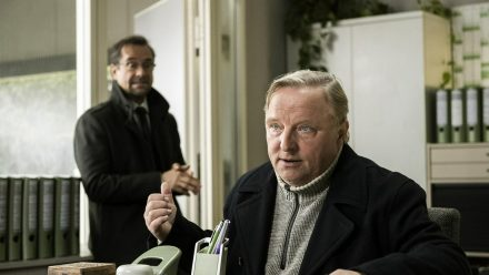 Besprechung im Präsidium: Kommissar Frank Thiel (Axel Prahl, r.) und Prof. Karl-Friedrich Boerne (Jan Josef Liefers). (dr/spot)