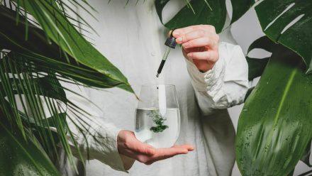 Wasser mit Chlorophyll-Tropfen ist der neueste Hype unter Beauty-Influencern. (ncz/spot)