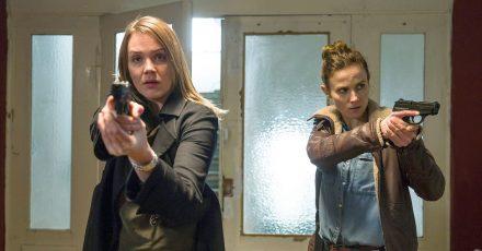 Die Ermittlerinnen Henni Sieland (l, Alwara Höfels) und Karin Gorniak (Karin Hanczewski) bei der Arbeit.