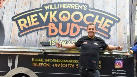 Willi Herren bei der Eröffnung seines Food Trucks Mitte April. (tae/spot)