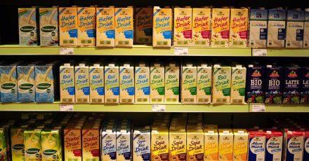 Milchalternativen stehen im Supermarktregal.