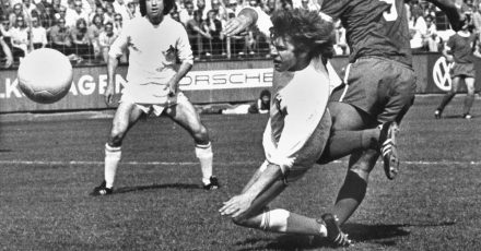 Erwin Kostedde (r), damals Spieler der Offenbacher Kickers, schießt den Ball ins Tor zum 1:1 bei einem Spiel gegen den 1. FC Köln im Mai 1973).