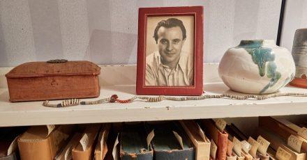 Ein Bilderrahmen mit einem Foto des Schriftstellers Wolfgang Borchert steht auf einem Bücherregal in der «Borchert-Box». Am 20. Mai wäre Borchert 100 Jahre alt geworden.