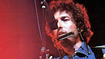 Mit Gitarre und Mundharmonika: So kennen und lieben seine Fans Bob Dylan. (elm/spot)