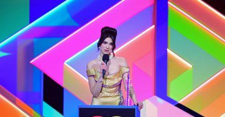 Die Sängerin Dua Lipa nimmt den Preis für die beste Solokünstlerin während der Brit Awards 2021 entgegen.