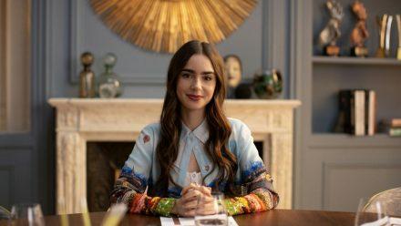 """Lily Collins in der ersten Staffel der Netflix-Serie """"Emily in Paris"""" im Jahr 2020. (ncz/spot)"""