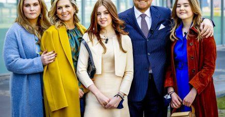 König Willem-Alexander der Niederlande und Königin Maxima mit ihren Töchtern  Ariane (r), Alexia (M) und Amalia (l) am Königstag 2021.