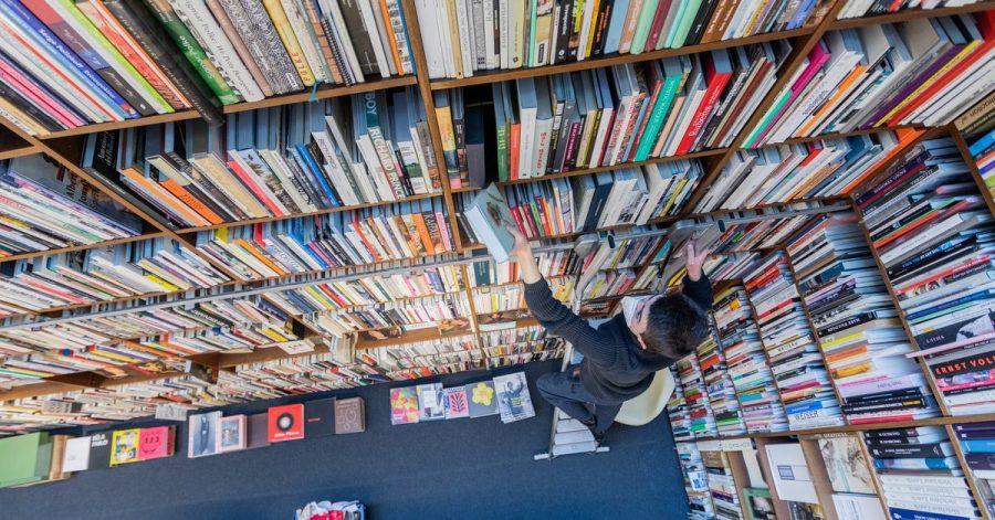 Ein Mitarbeiter der Buchhandlung Walther König in Köln.