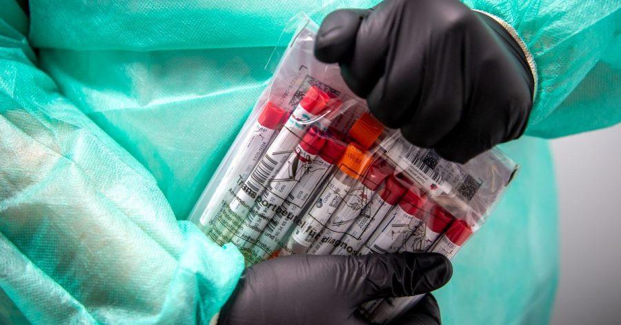 Proben für einen PCR-Test werden von einem Mitarbeiter im Corona-Testzentrum verpackt. (Archivbild)